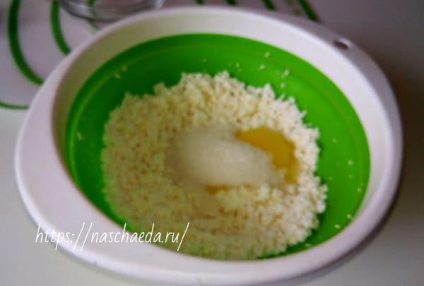 добавить сахар и яйцо