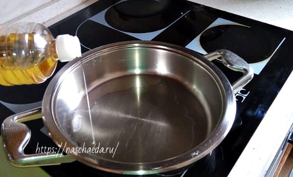 налить масла в сковороду
