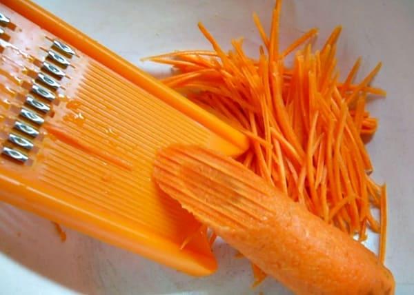 нашинковать морковь