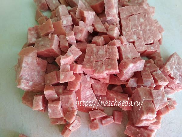 порезать колбасу кубиками