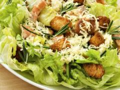 Как приготовить салат Цезарь с курицей и сухариками