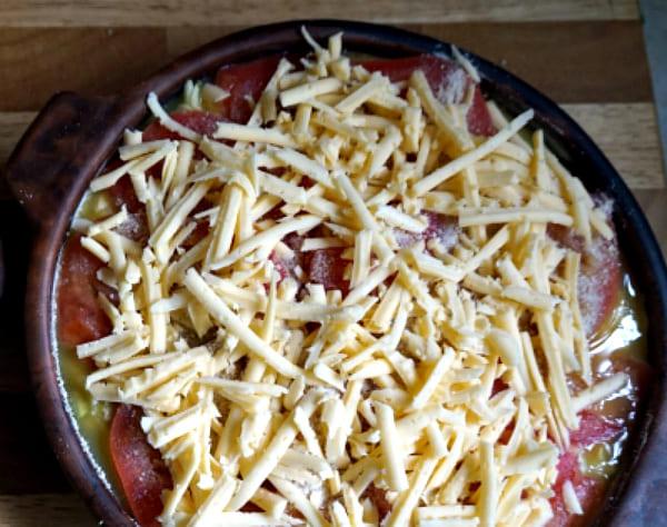 разложить помидоры, присыпать сыром
