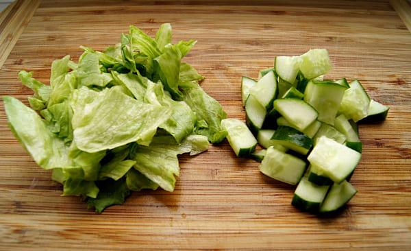 порезать огурцы и салат