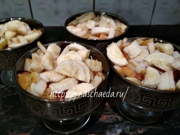 разложить банан по креманкам