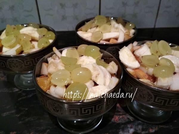 разложить виноград в креманки