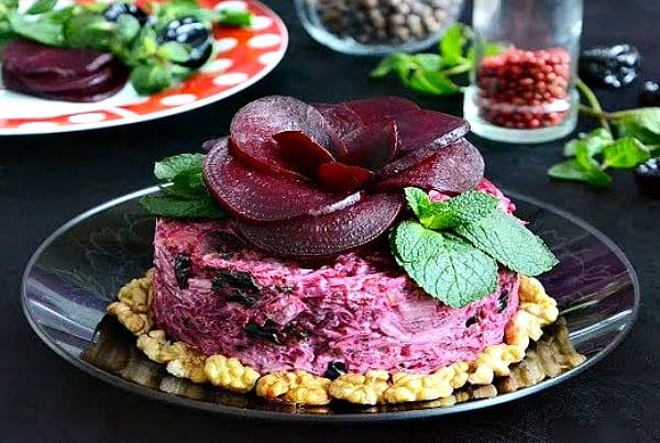 салат с черносливом и орехом
