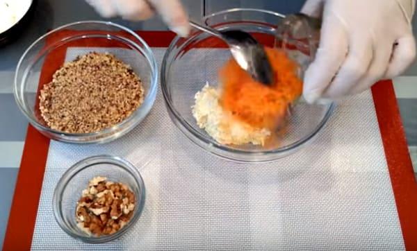 морковную массу смешать с сырной