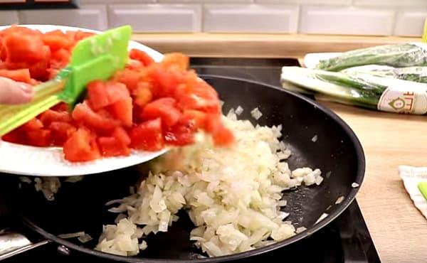 помидоры в сковороду