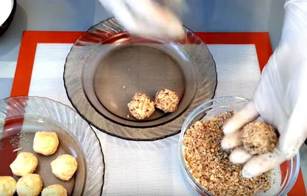 запанировать ореховой крошкой