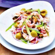 Какие продукты сочетаются в салате с морским коктейлем: 10 праздничных блюд