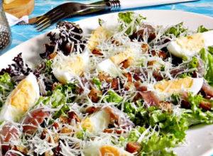 Салат Цезарь с курицей и сухариками в домашних условиях. 7 простых классических рецептов