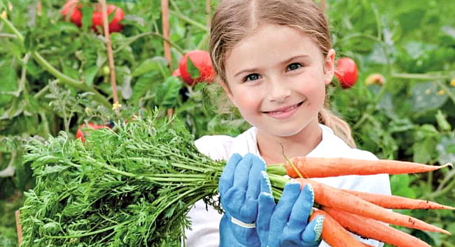девочка с морковкой