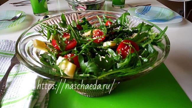 salat-s-rukkoloy-i-pomidorami