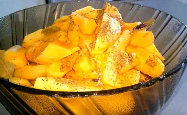 Вкусный картофель с курицей в духовке