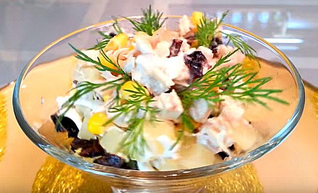 Вкусный салат с куриной грудкой и ананасами